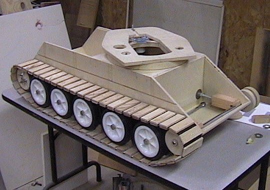 Кроме того, этой машине присущи основные отличия танков 1й роты 501abt (фары, крепление тросов задом наперед, форма кожухов, крепление запасных траков, командирский визир на башне и тд) сборка